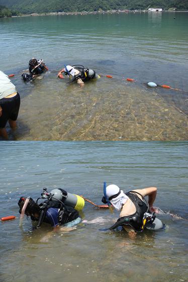 水中で撮影している征夫さんとたまきさん