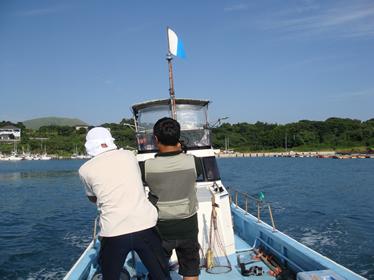 船を操縦する廣山さんを撮影中